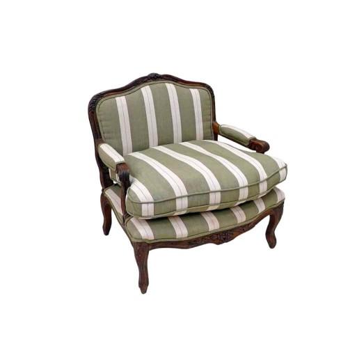 Sillón Bajo Francés Oscuro. Madera marrón oscuro tapizado con rayas verde y beige. Quaint & Quality.